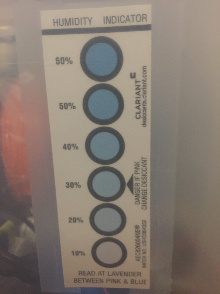 The humidity indicator also shows below 20%, matching the electronic sensor.